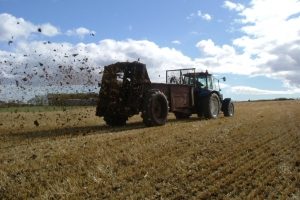 Tractor_and_muck_spreader